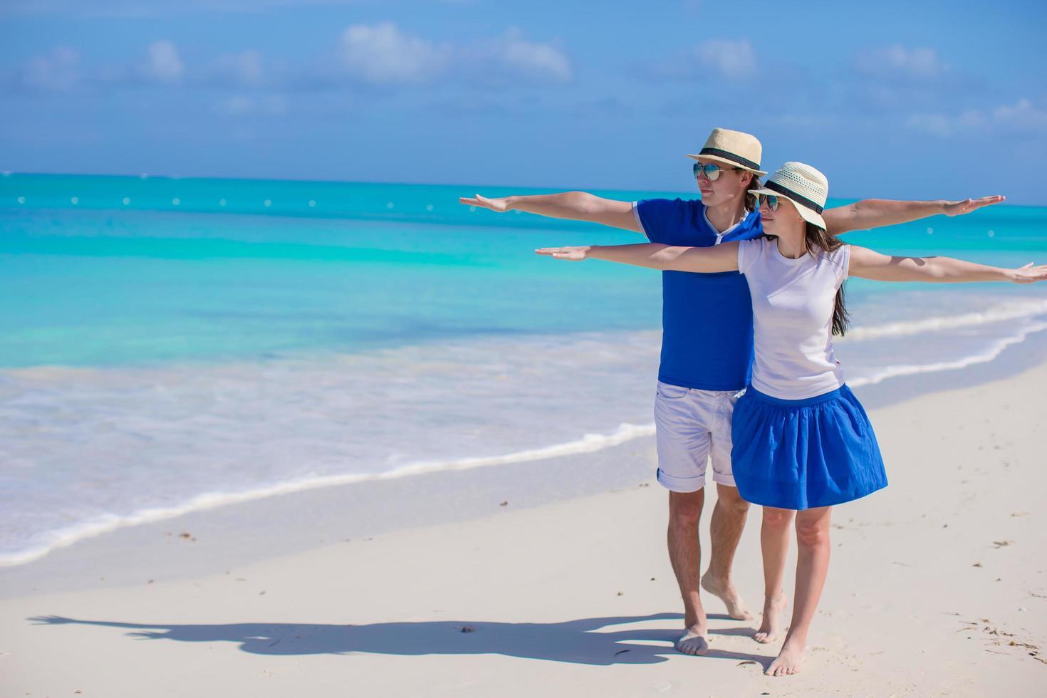 coppia che si diverte in spiaggia foto