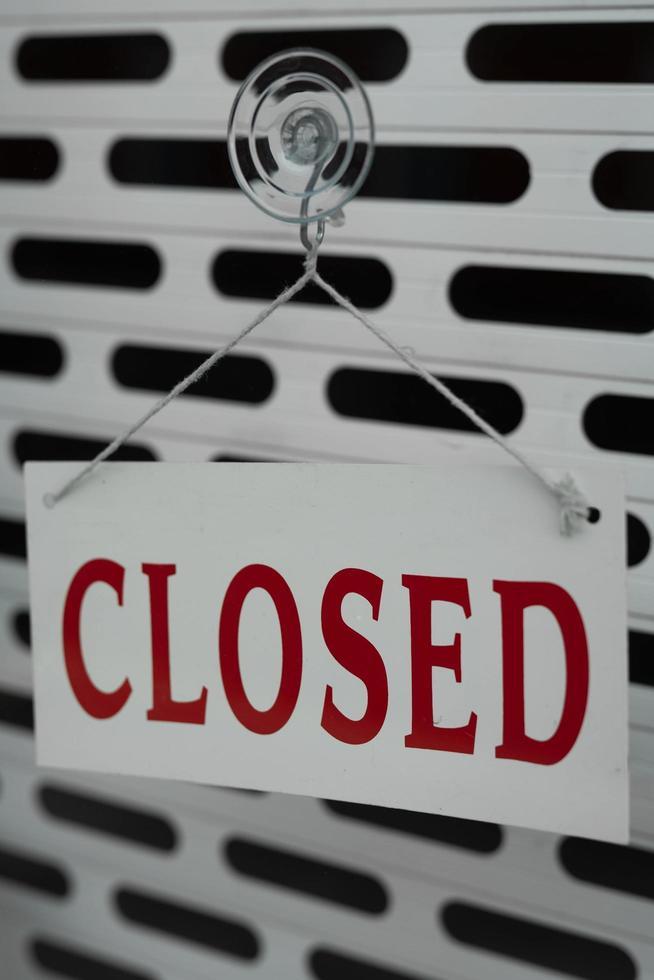 segno chiuso sulla vetrina di un negozio foto