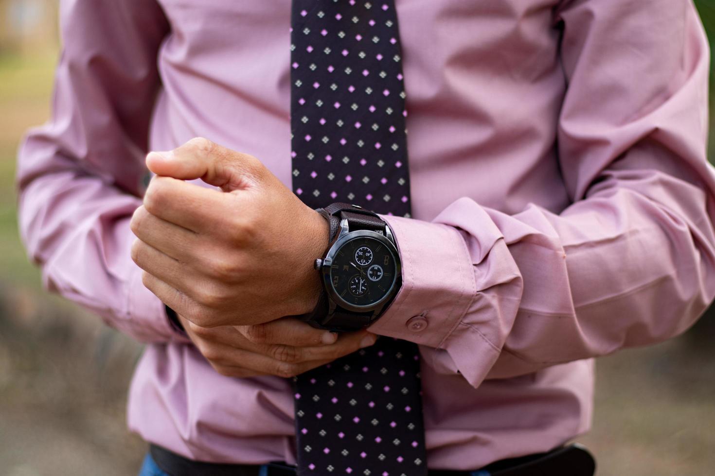uitenhage, sudafrica, 2020 - uomo che indossa un cronografo nero foto