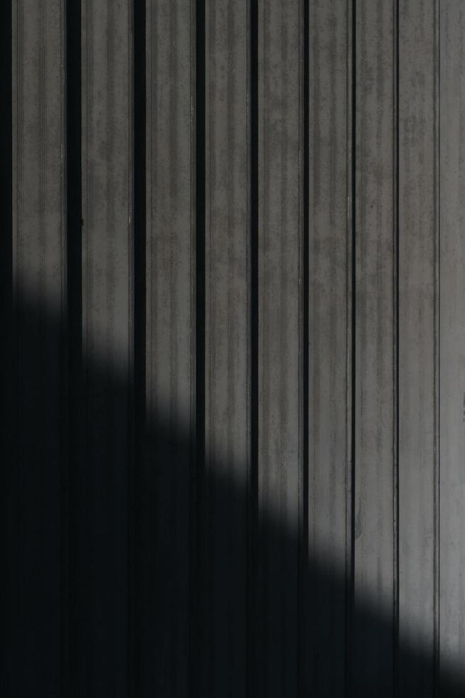 scala di grigi di un'ombra su un pavimento di legno foto