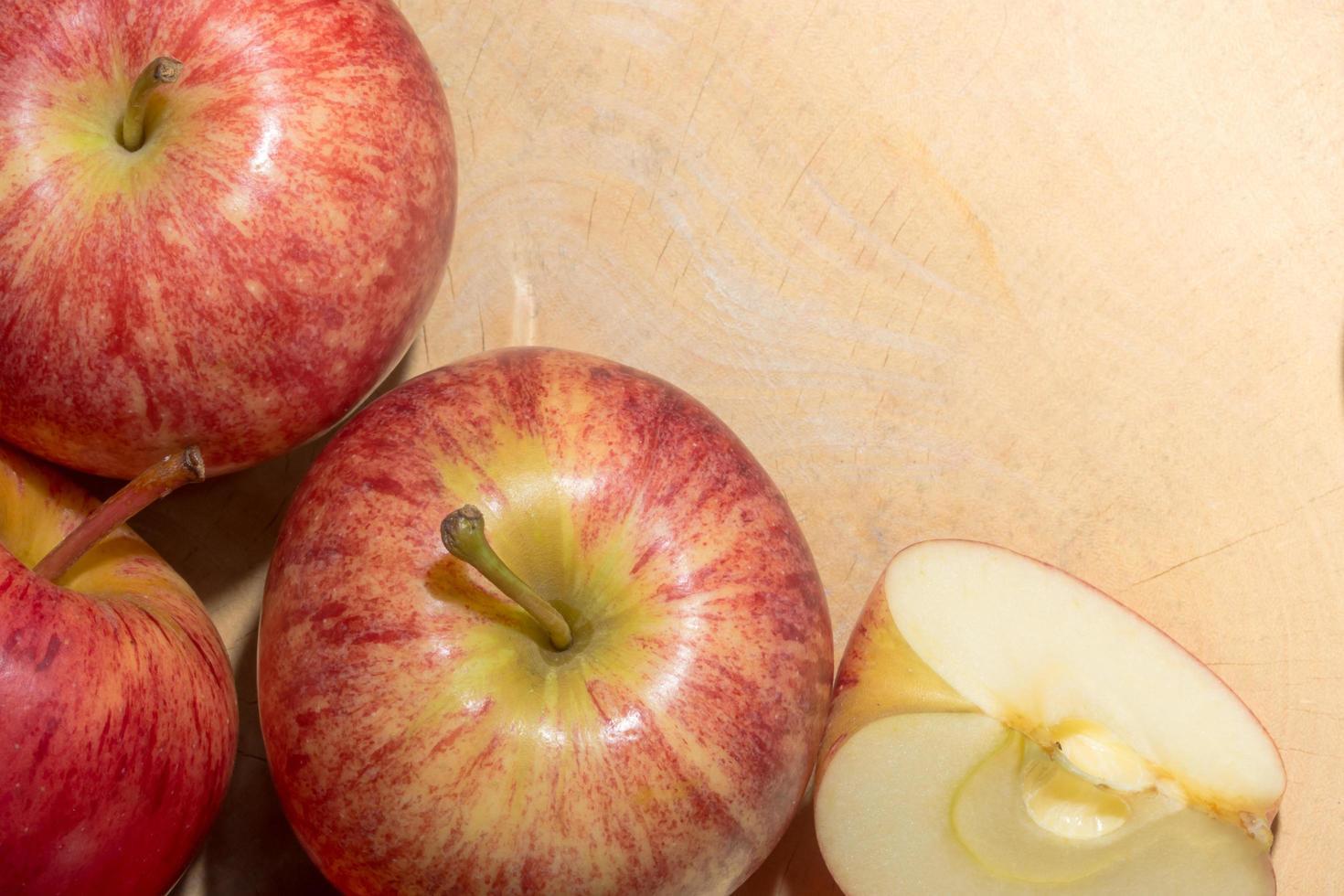 mele su un pavimento di legno foto