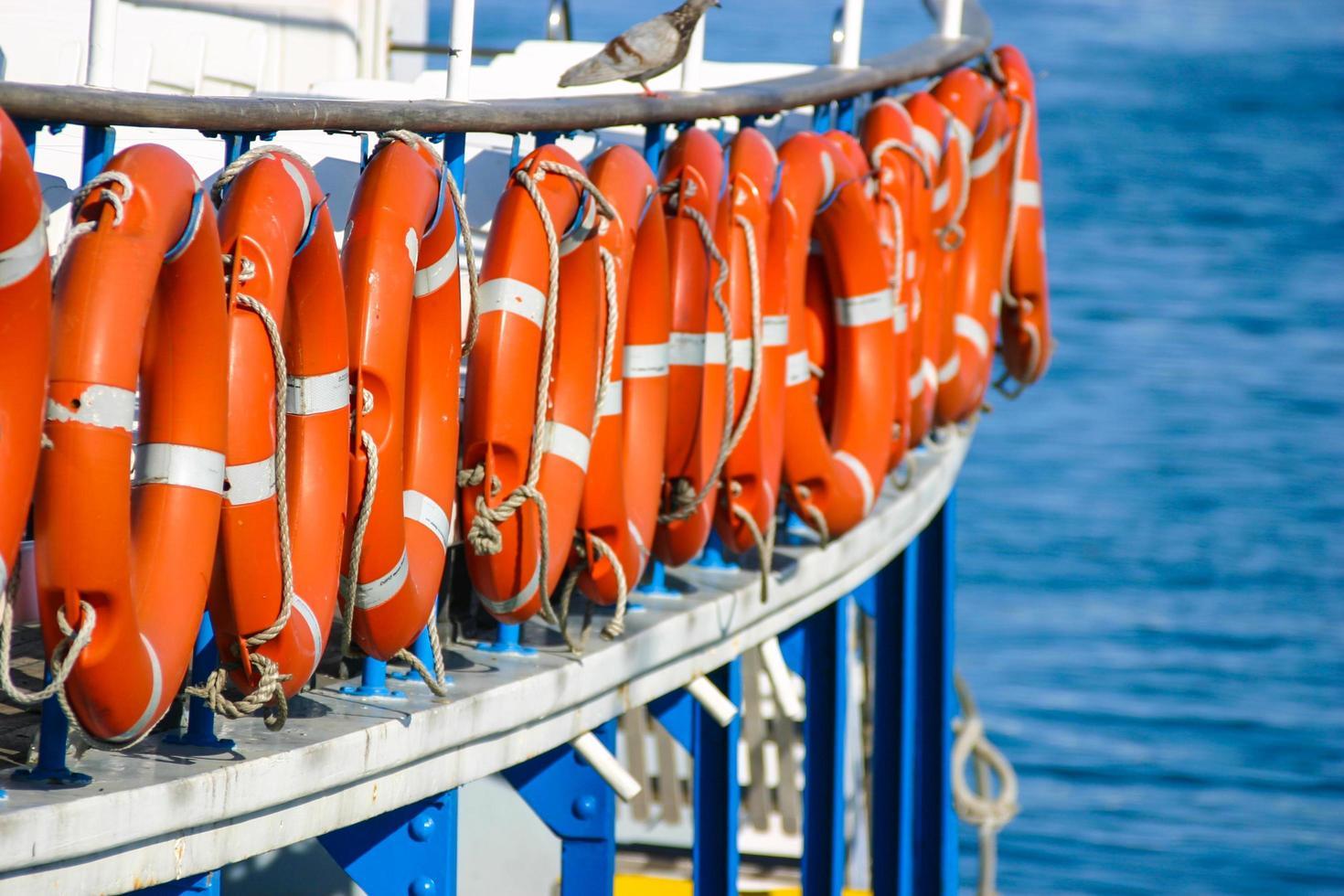 primo piano di una barca con salvagenti anulari su di esso foto