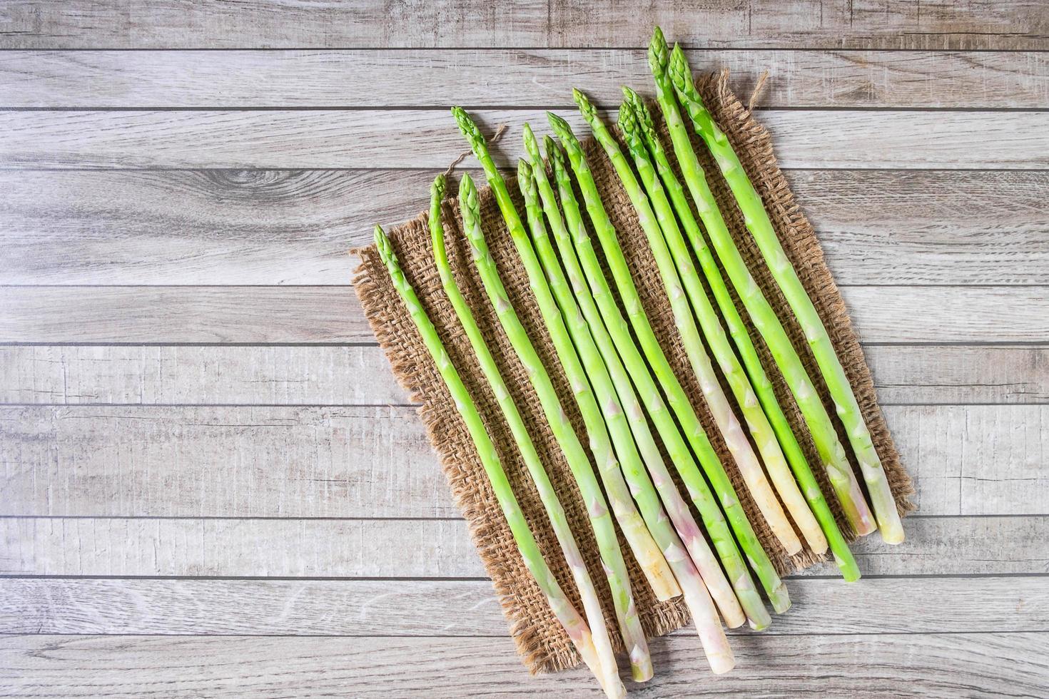 asparagi freschi con un panno di tela foto