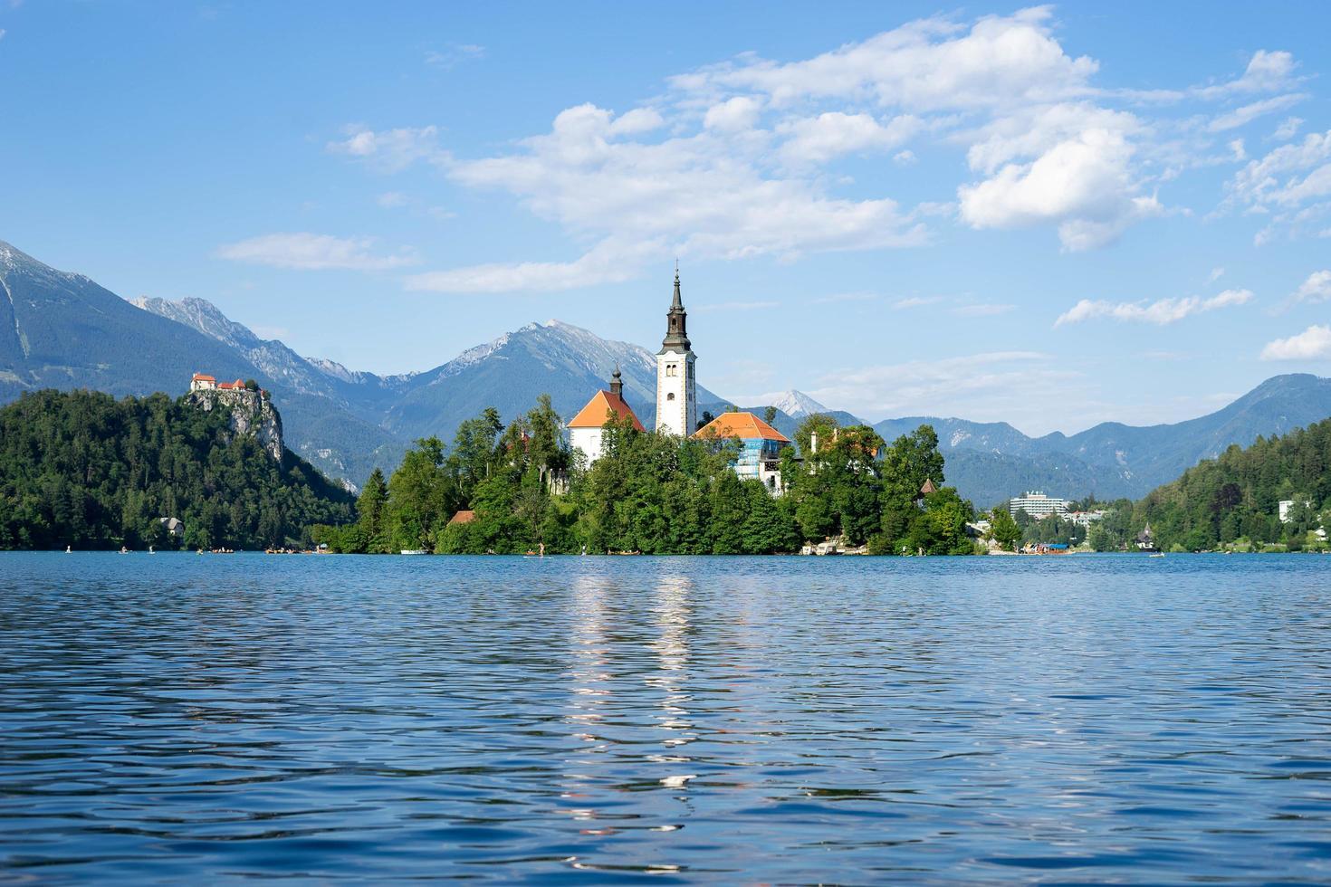 lago di bled, slovenia, 2020 - chiesa su un'isola sul lago di bled foto
