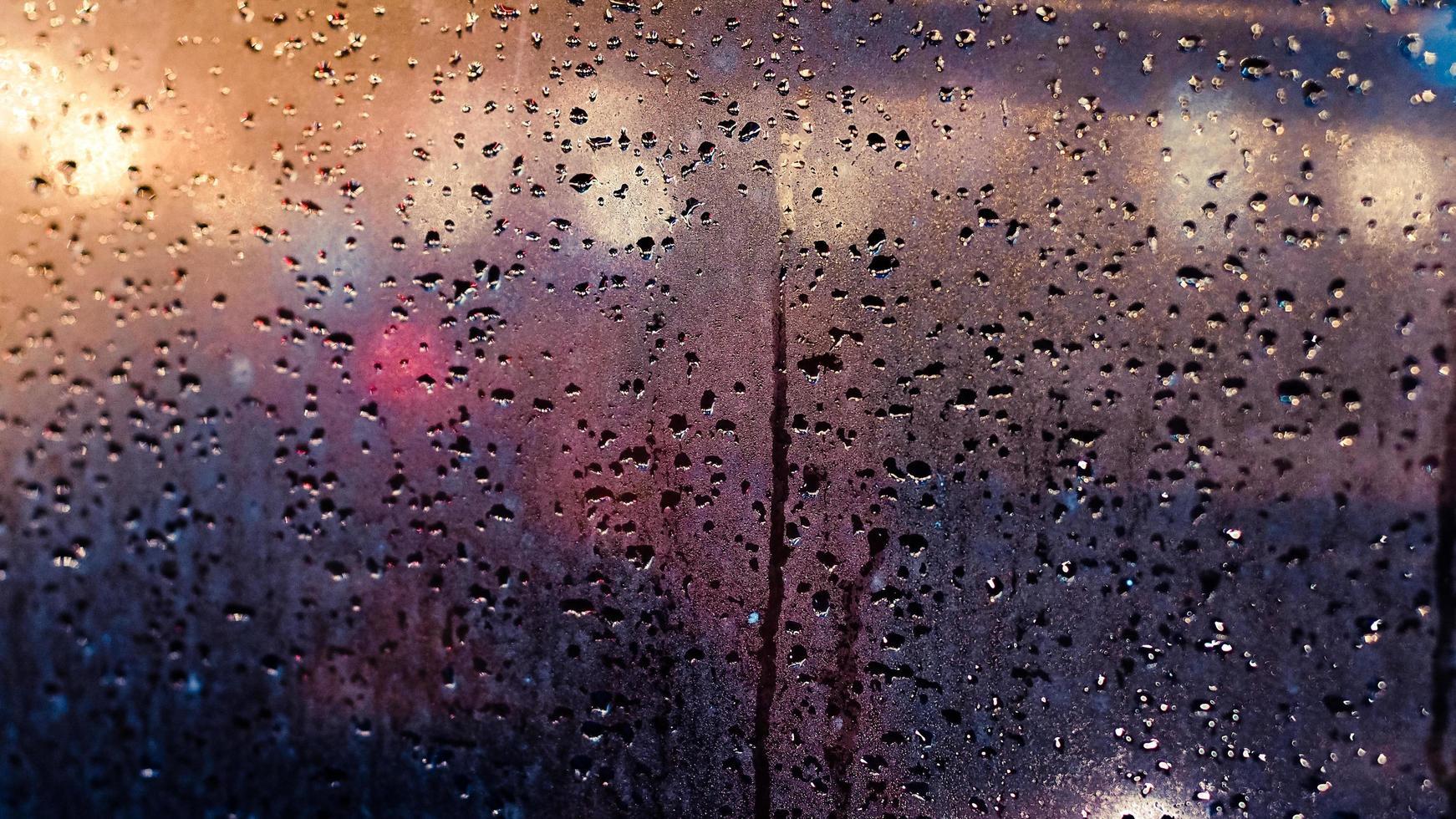 semafori astratti sotto la pioggia foto