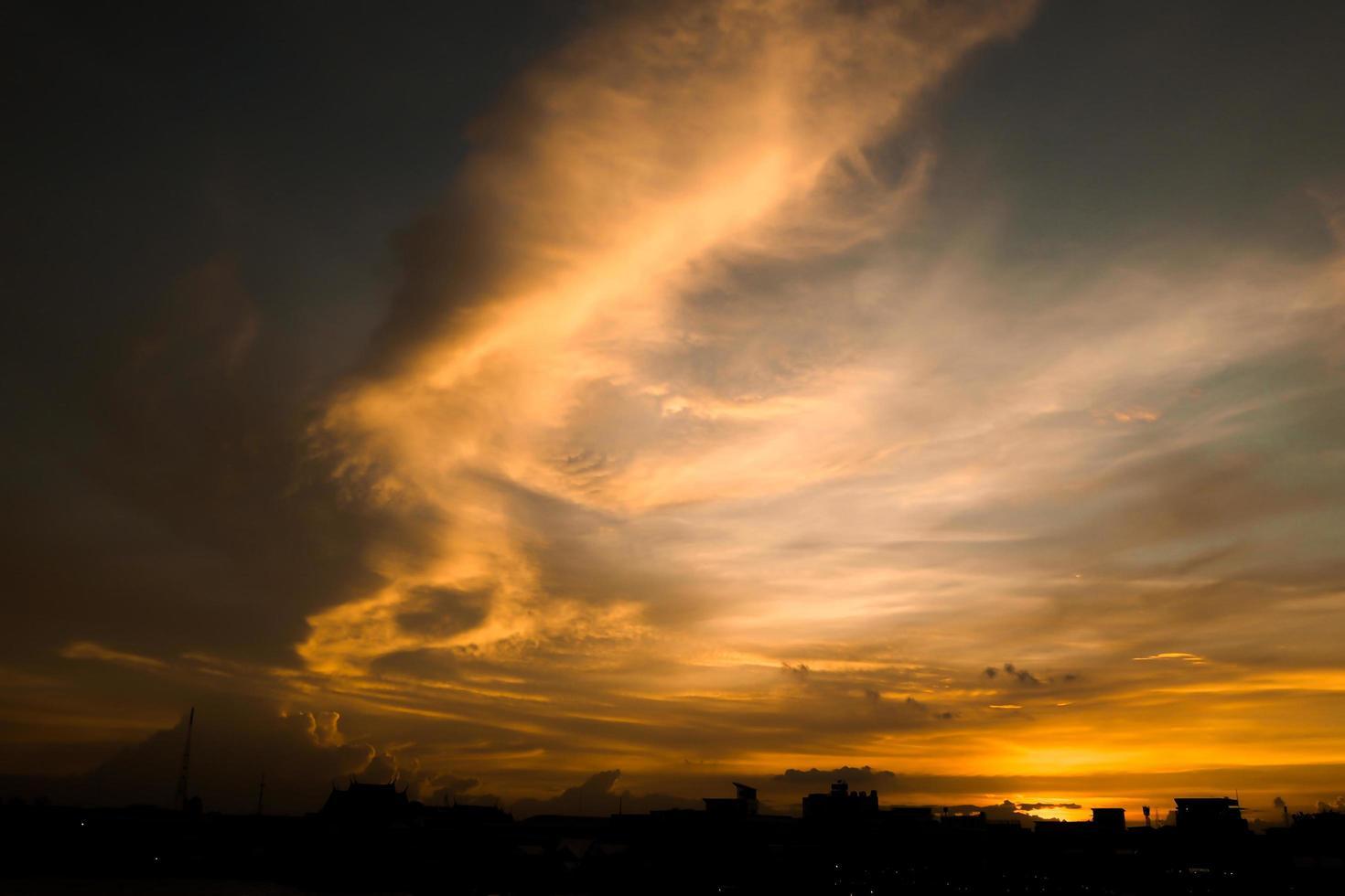 ardente cielo arancione al tramonto foto