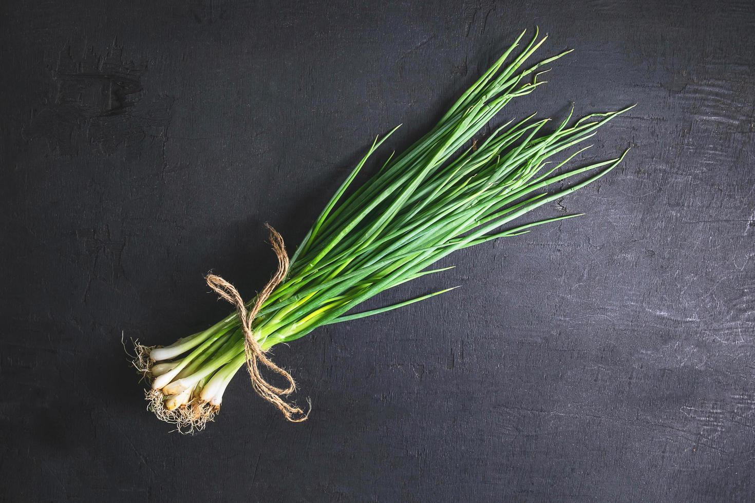 mazzo di cipolle verdi foto