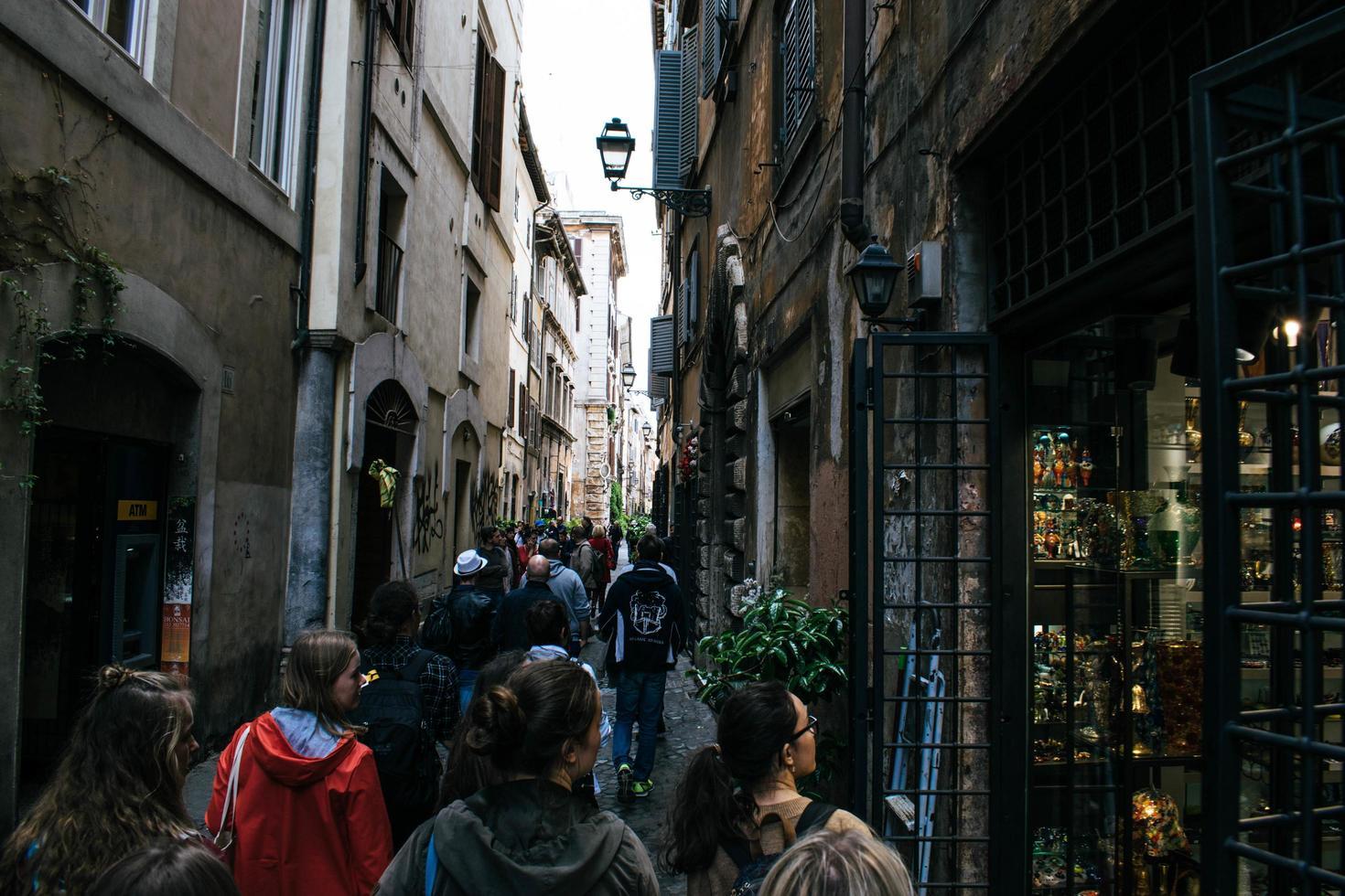 bruxelles, belgio, 2020 - persone che camminano in un vicolo foto