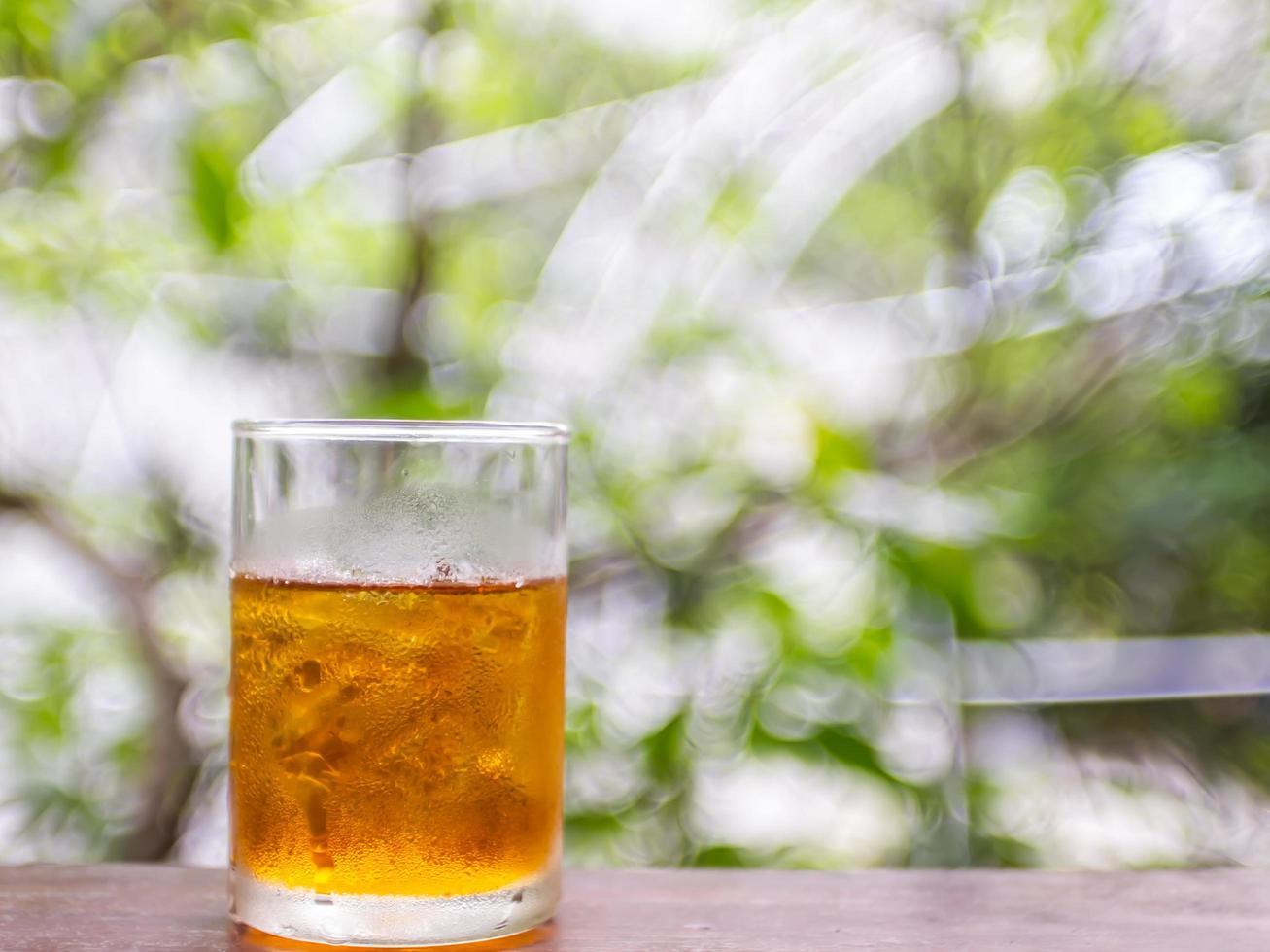 Tè al limone con sfondo bokeh sfocatura verde natura foto