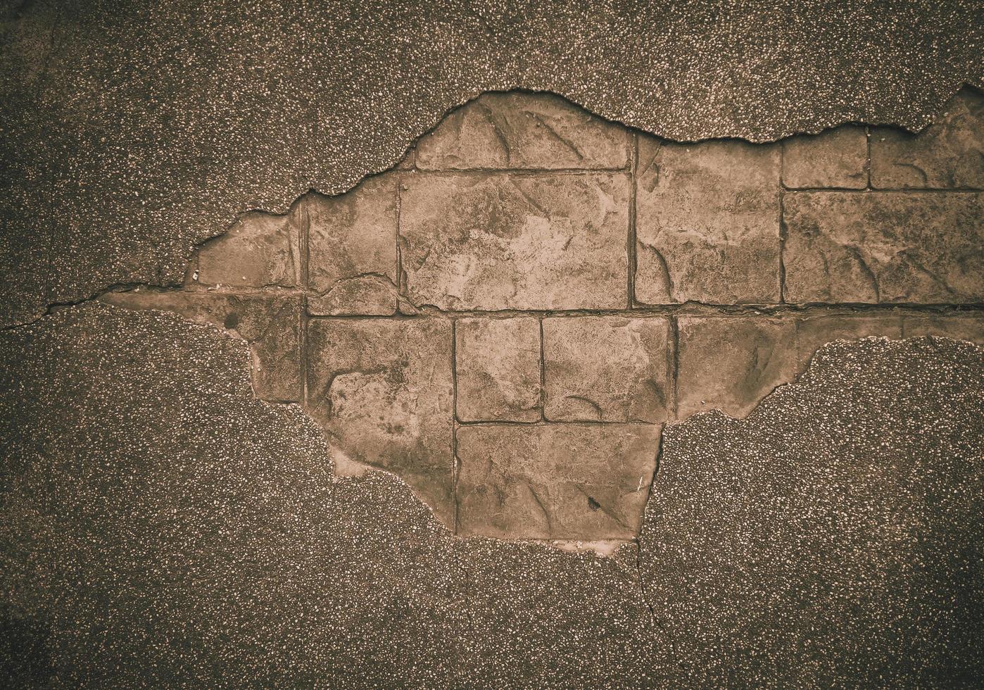 grande crepa nel vecchio muro di cemento disordinato foto