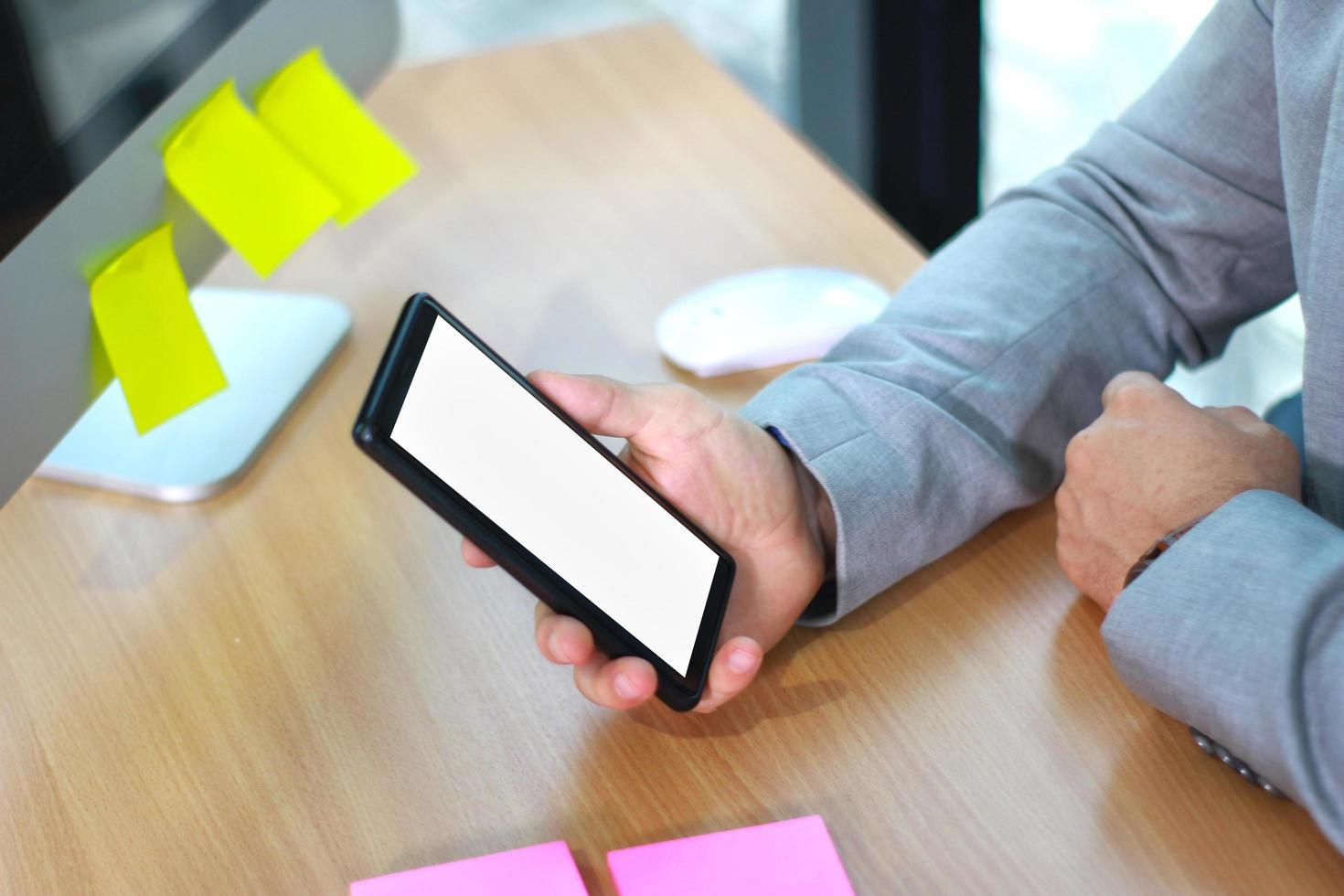 soft focus di uomo d'affari in possesso di telefono cellulare foto
