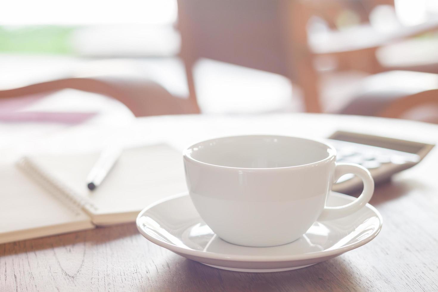 tazza di caffè bianco in un caffè foto