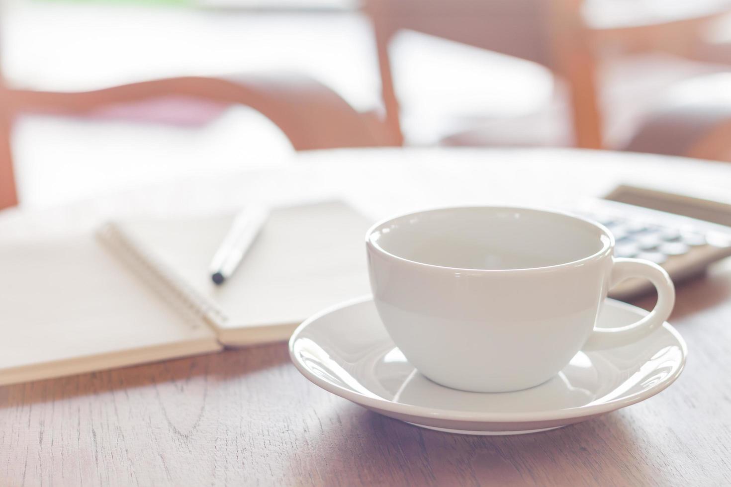 tazza di caffè sulla tavola di legno in un caffè foto