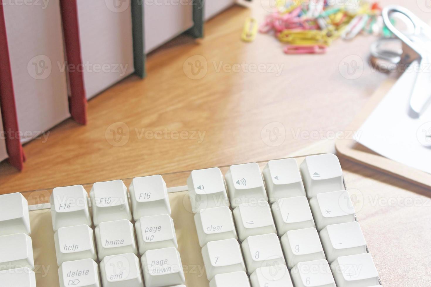 spazio di lavoro con attrezzature per ufficio foto