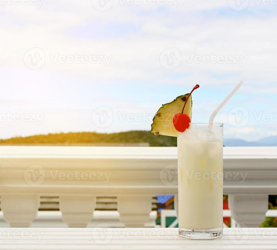 cocktail di latte di cocco sul tavolo al caffè sulla spiaggia foto