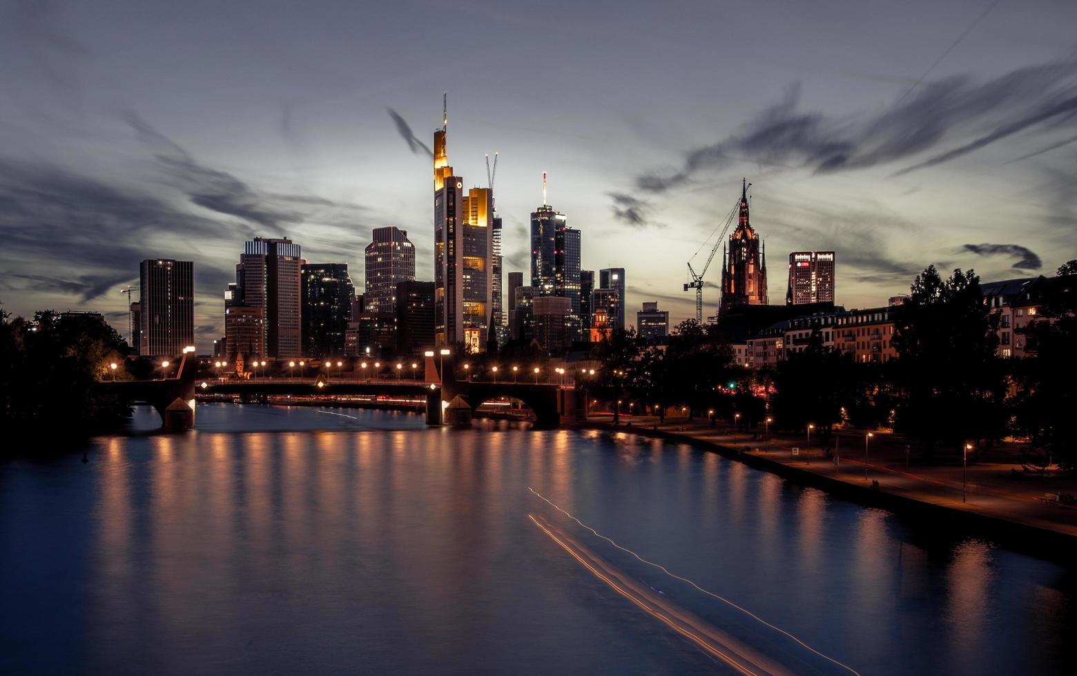 skyline di francoforte al tramonto foto
