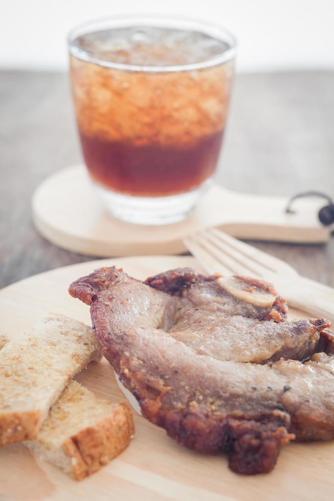 bistecca di maiale e una soda foto