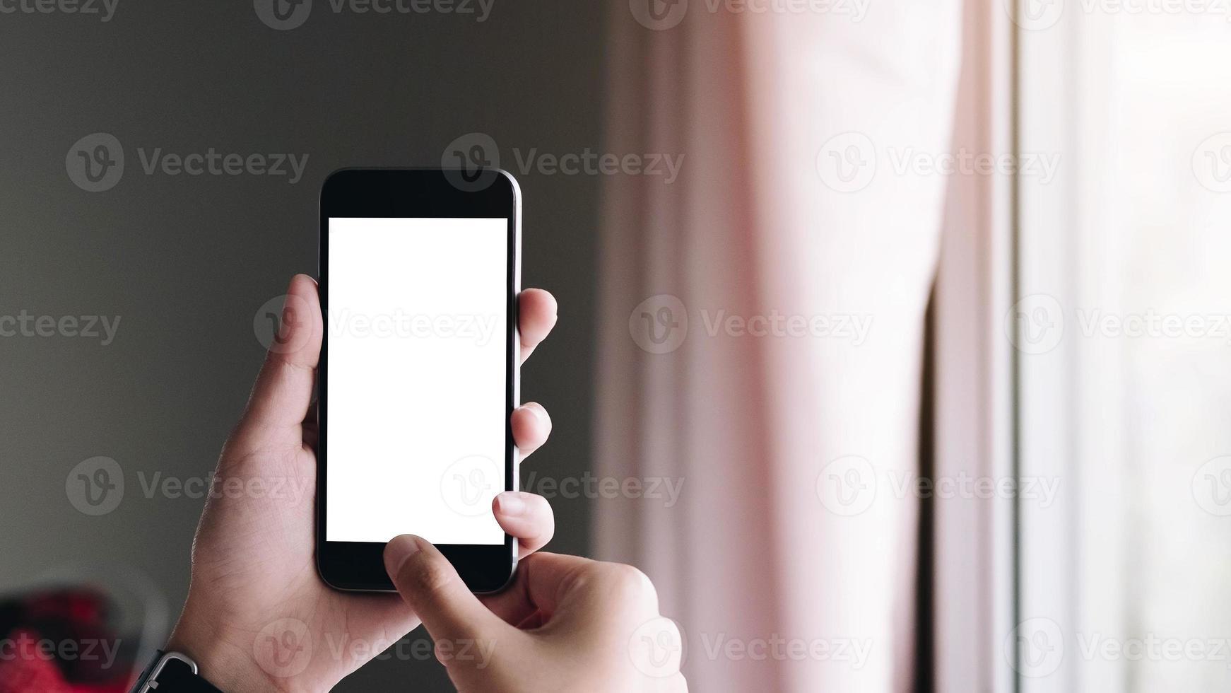 primo piano della mano di una donna utilizzando uno smart phone foto