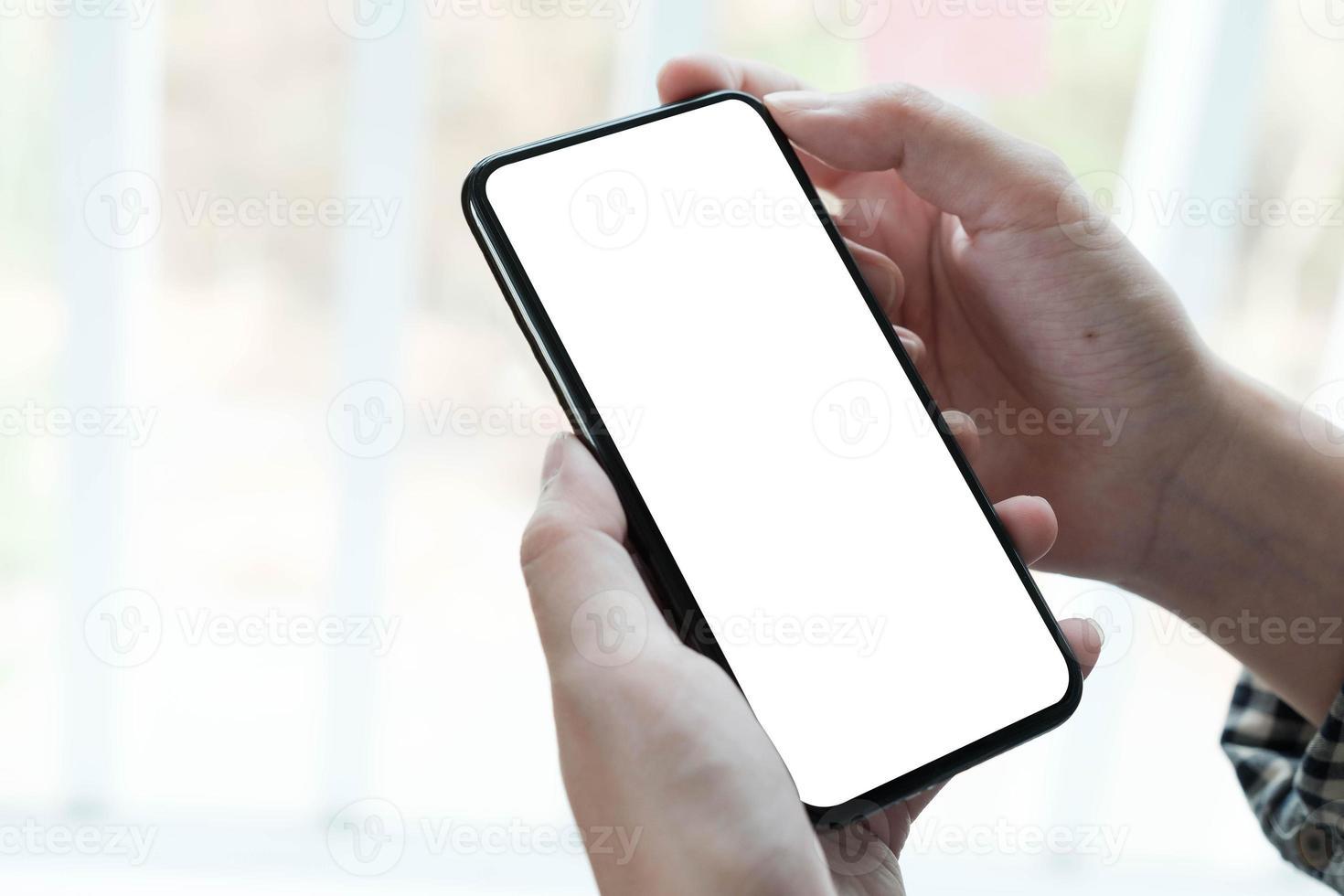 donna che tiene uno smart phone schermo vuoto foto