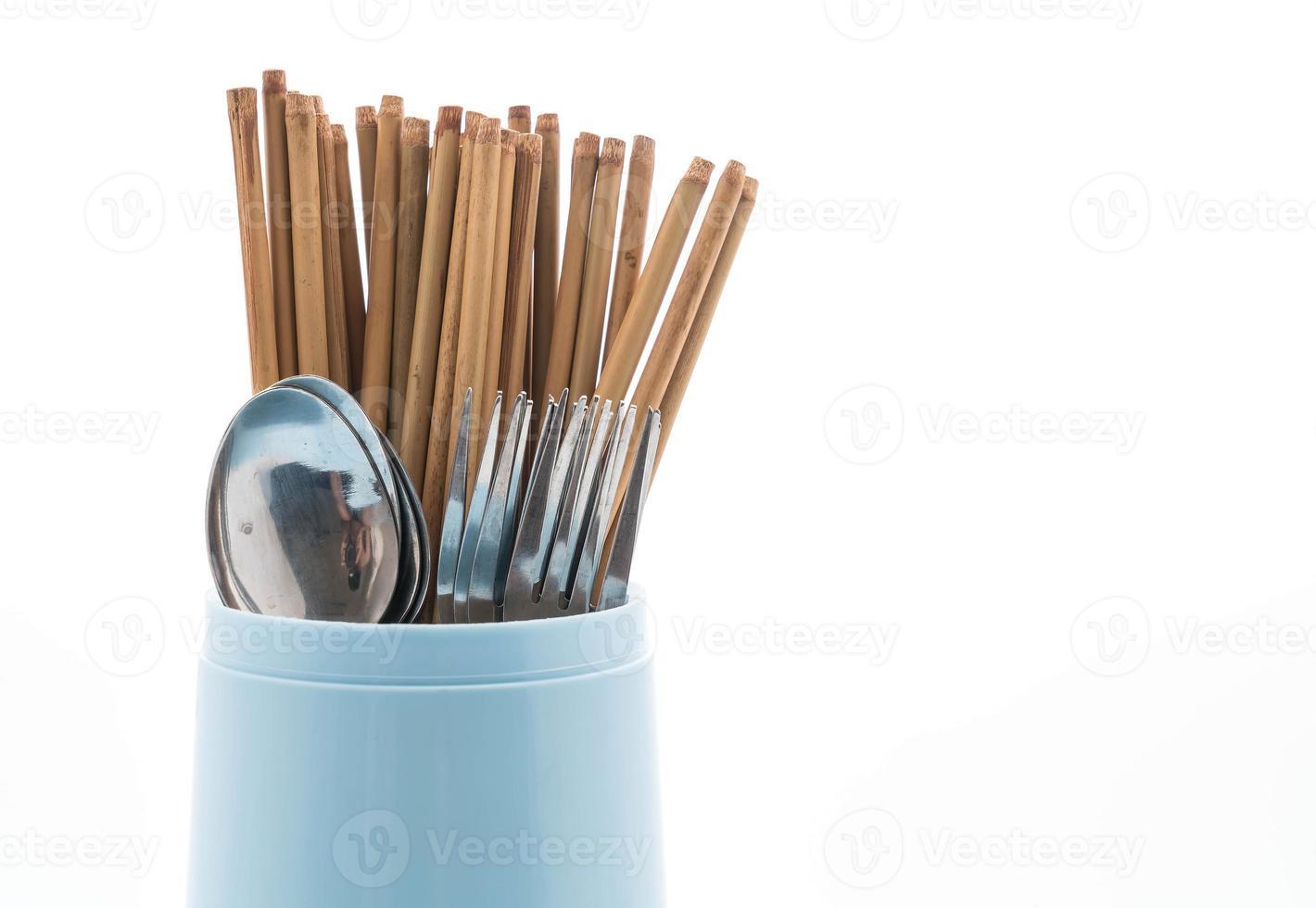 portaposate con bacchette, cucchiaio e forchetta su sfondo bianco foto