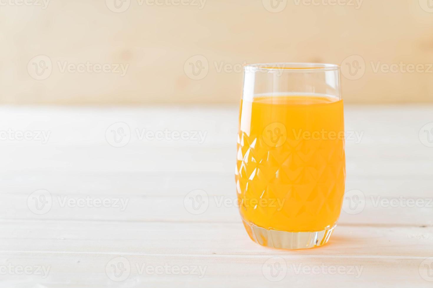 bicchiere di succo d'arancia su sfondo bianco foto