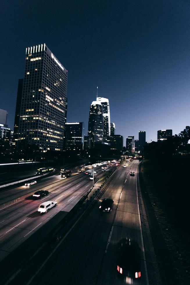 fotografia time lapse di auto su strada durante la notte foto