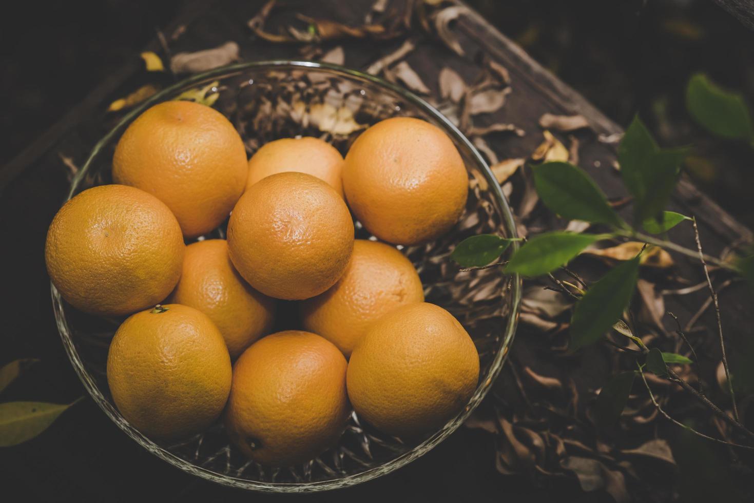 un cesto di arance fresche in natura foto