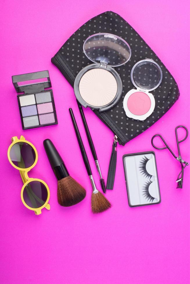 prodotti di bellezza cosmetici su sfondo rosa foto