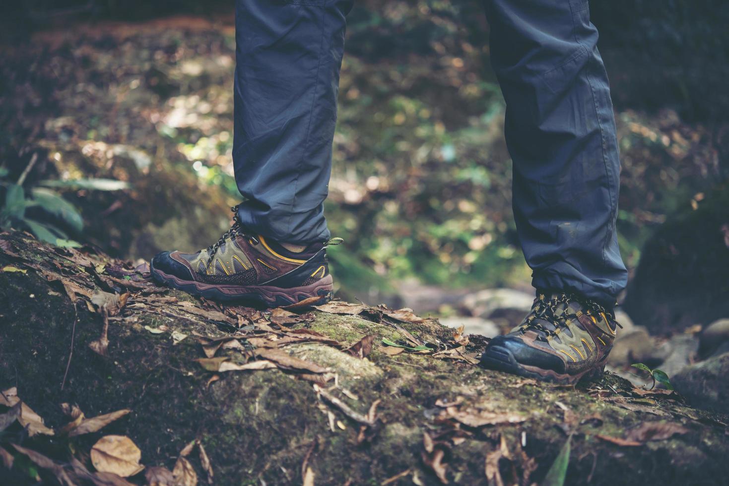 primo piano dei piedi di un uomo escursioni su un sentiero di montagna foto