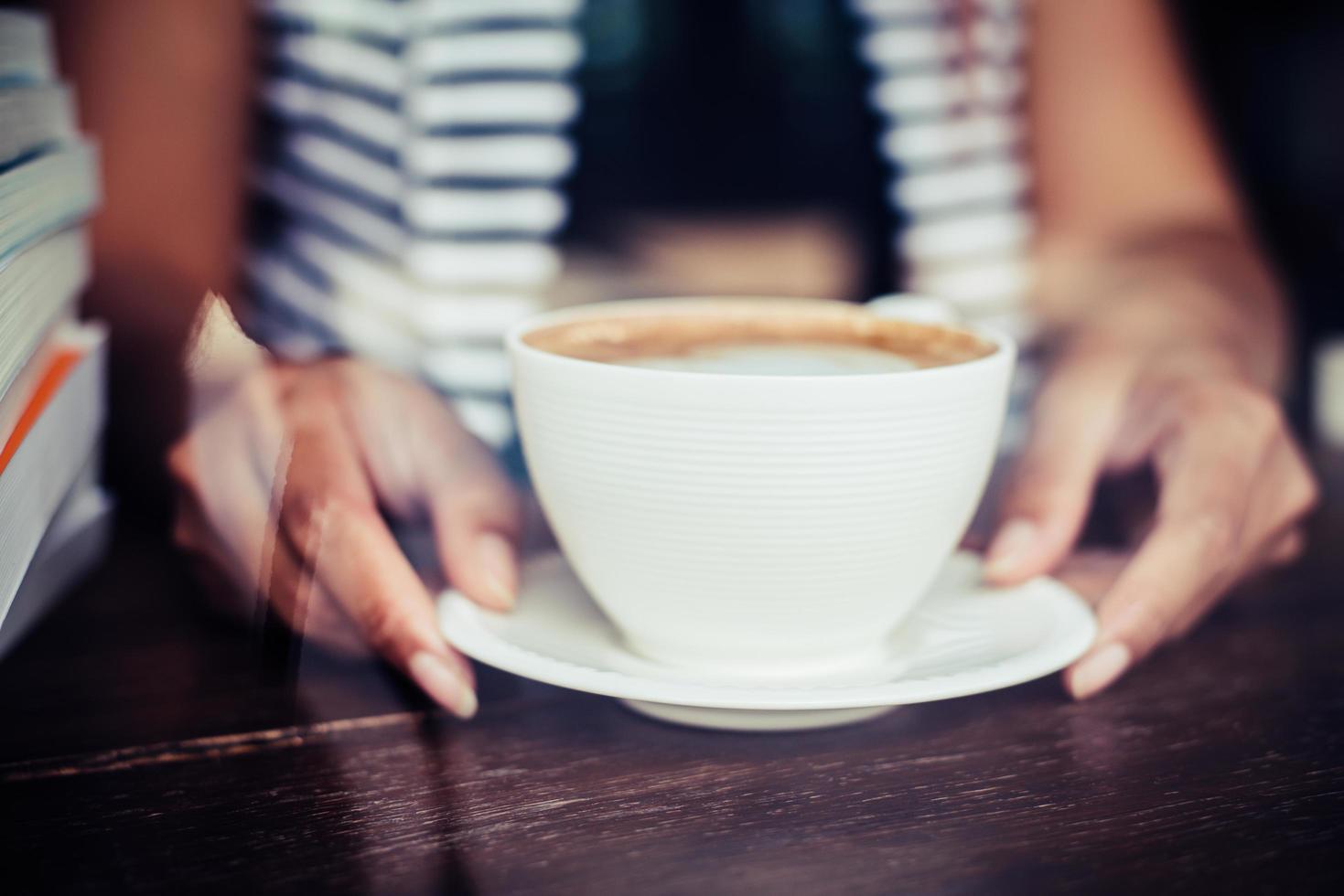 mani della donna che si distendono con il caffè al caffè foto