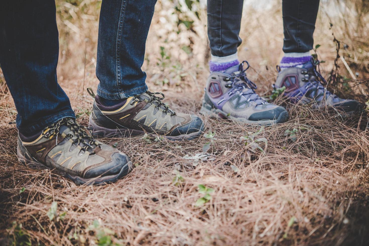 primo piano dei piedi di giovani escursionisti foto