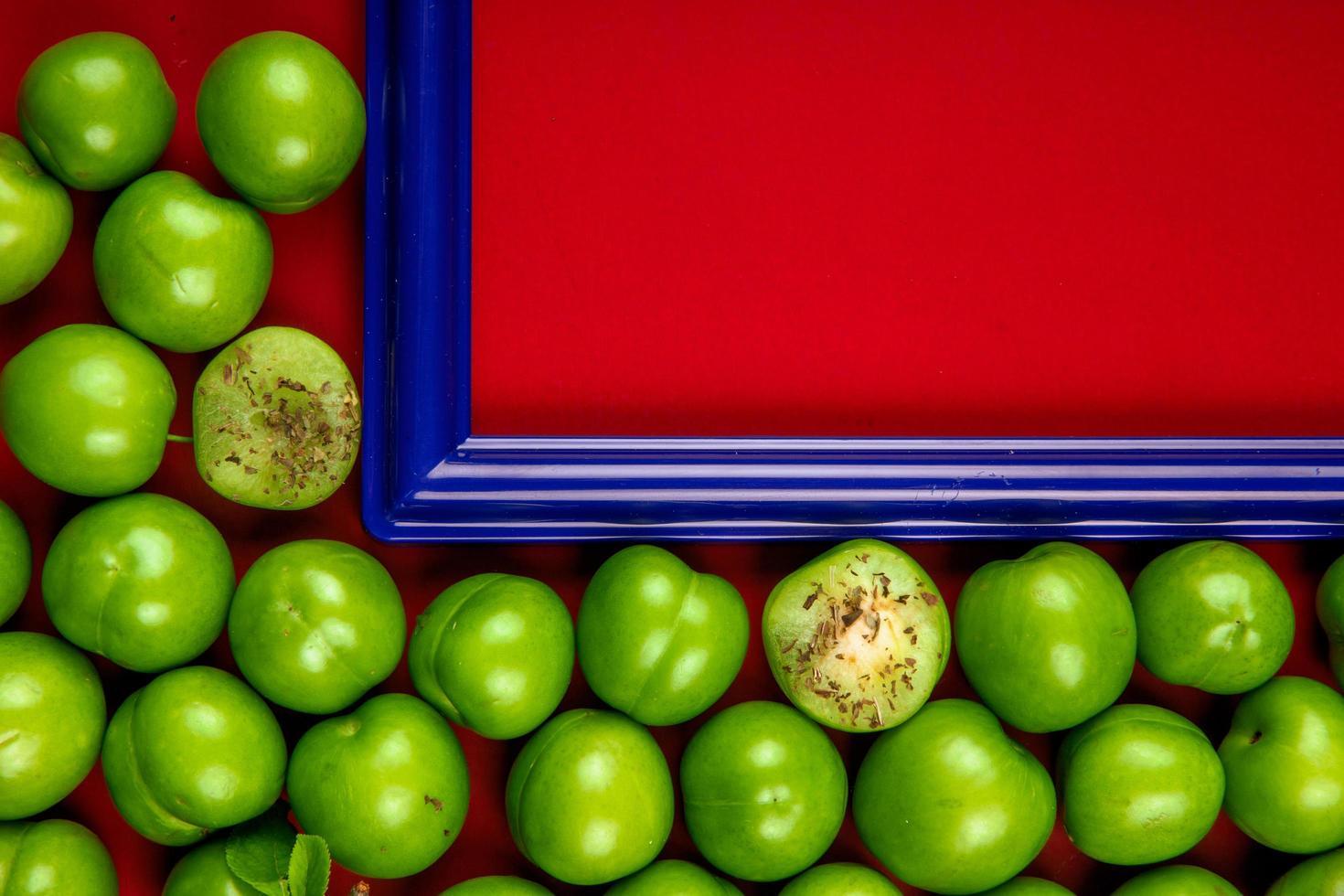 cornice blu con prugne verdi aspre foto