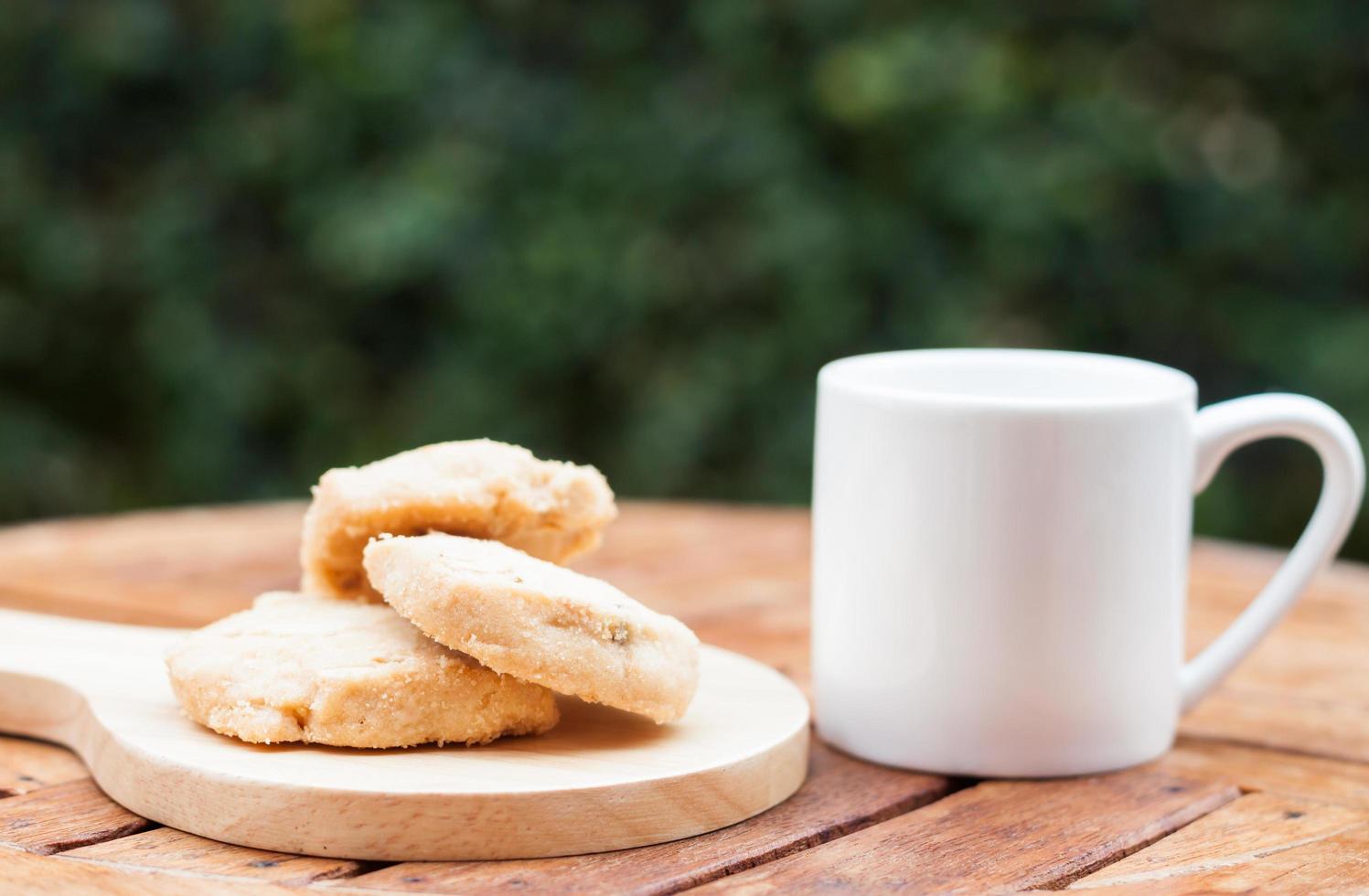 biscotti di anacardi con una tazza di caffè foto