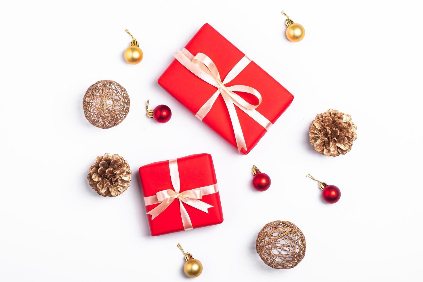 disposizione piatta di regali di Natale e decorazioni foto