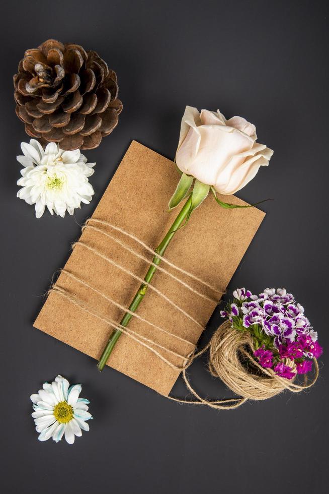 vista dall'alto di un fiore su carta kraft foto