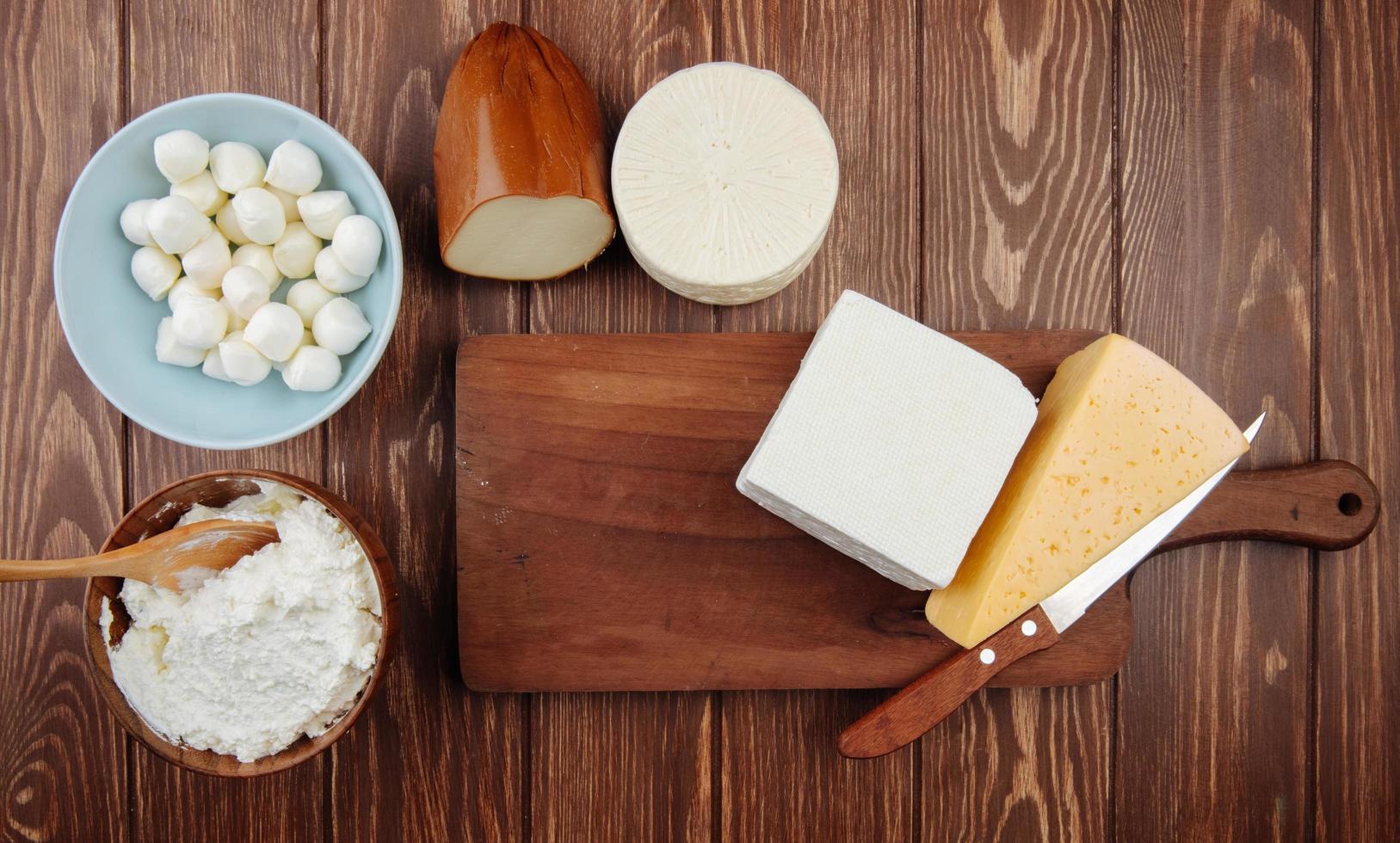 vista dall'alto di un tagliere con formaggio foto
