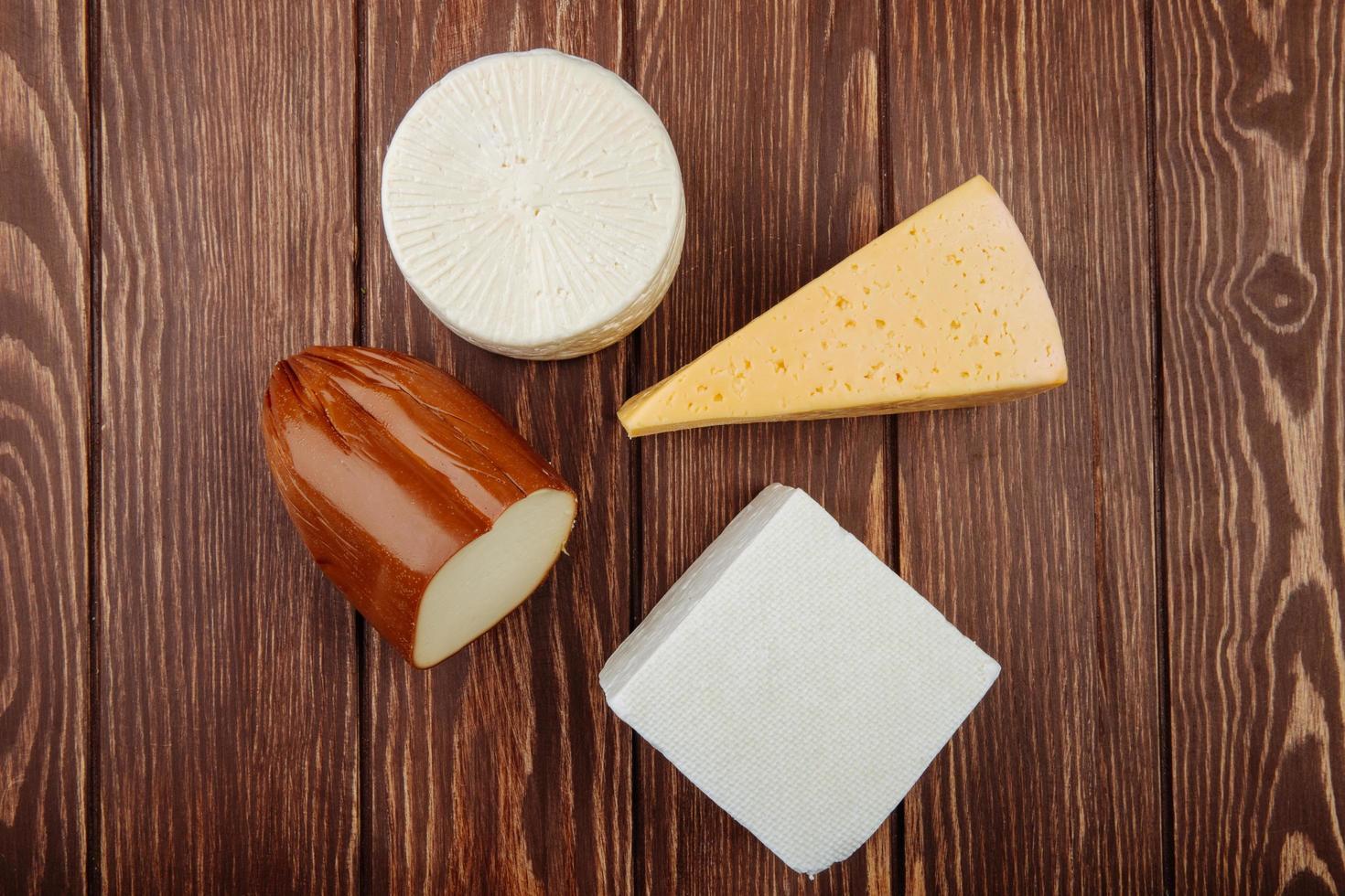 vista dall'alto di formaggio su un tavolo di legno foto