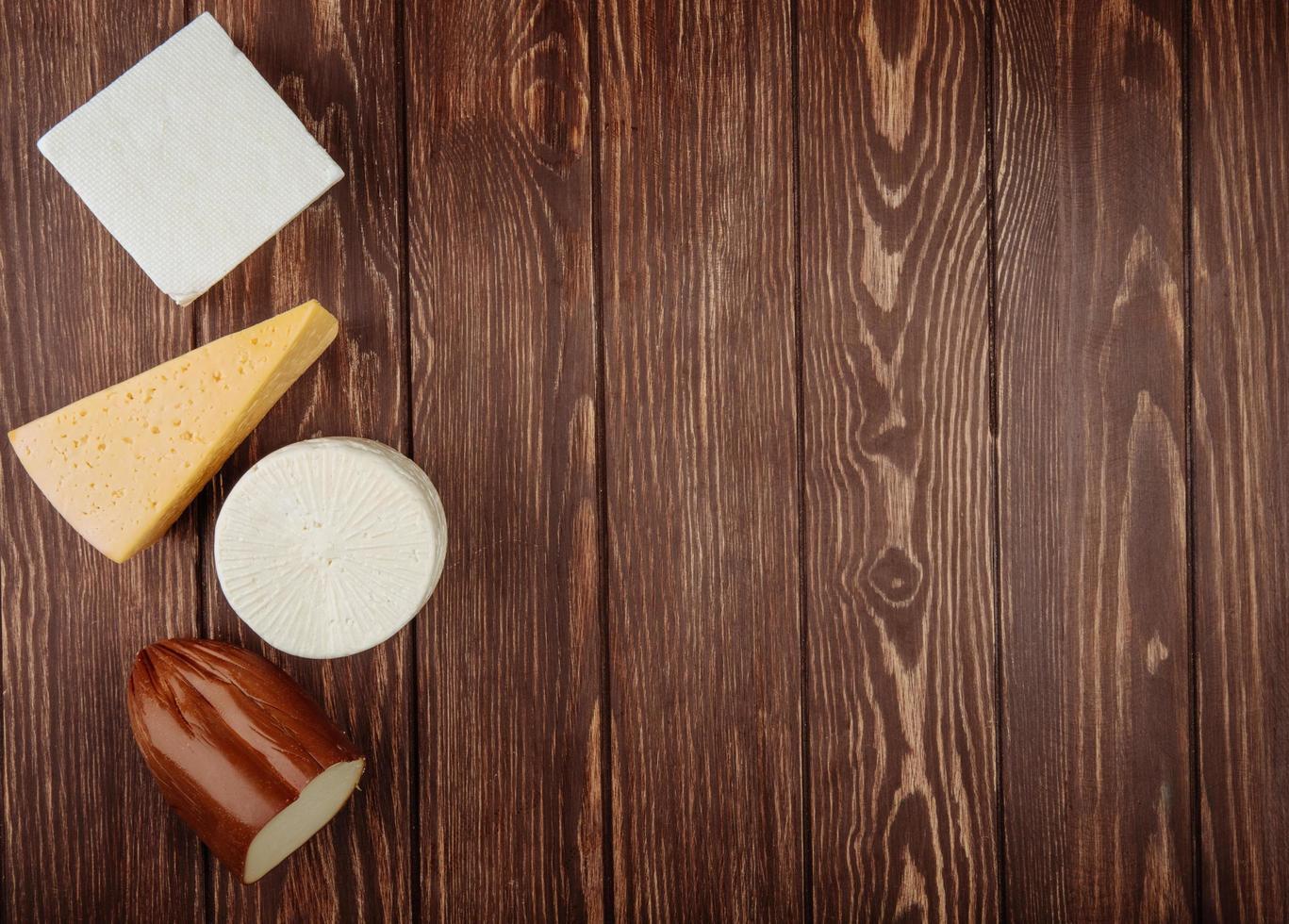 vista dall'alto di formaggio su un fondo di legno rustico con spazio di copia foto