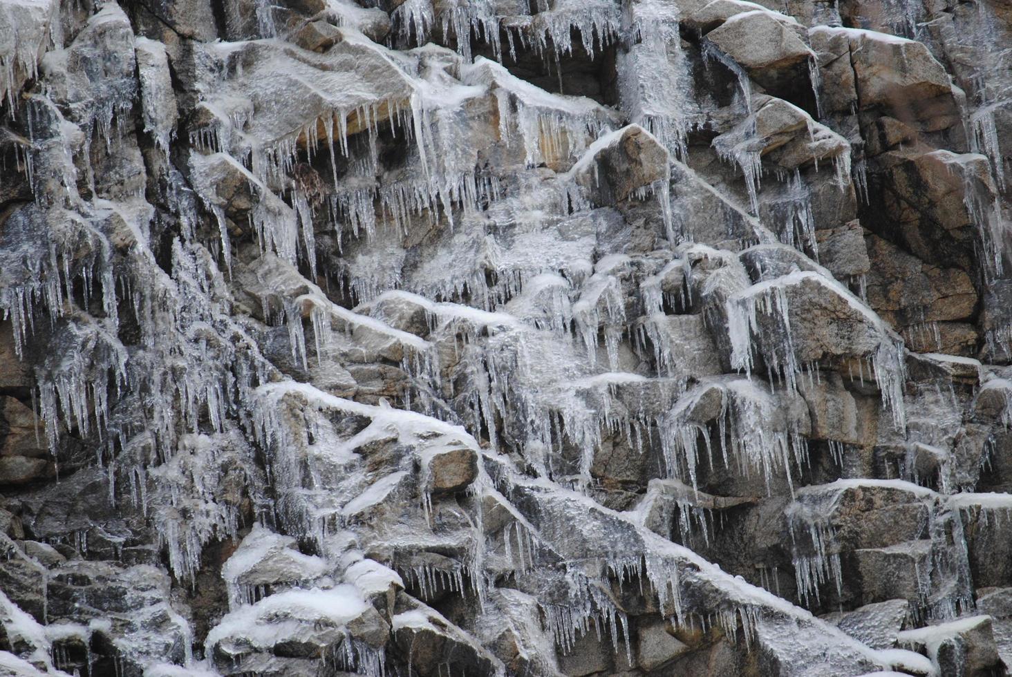 ghiaccioli sulle rocce foto