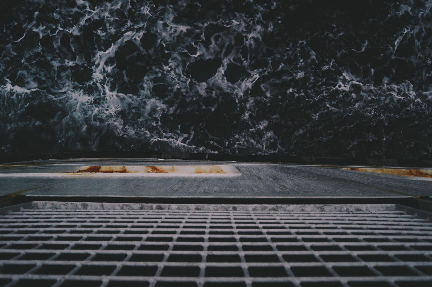 guardando l'oceano da una nave foto