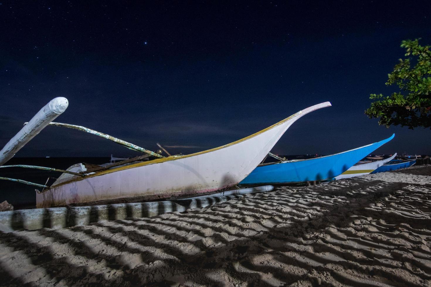 barche in riva al mare foto