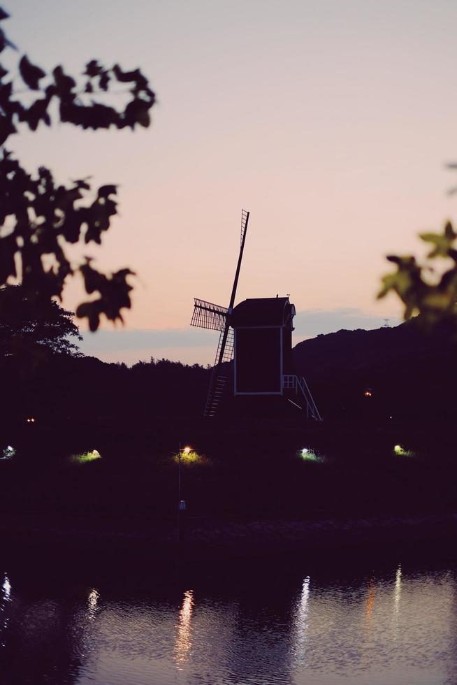 sagoma di un mulino a vento al tramonto foto