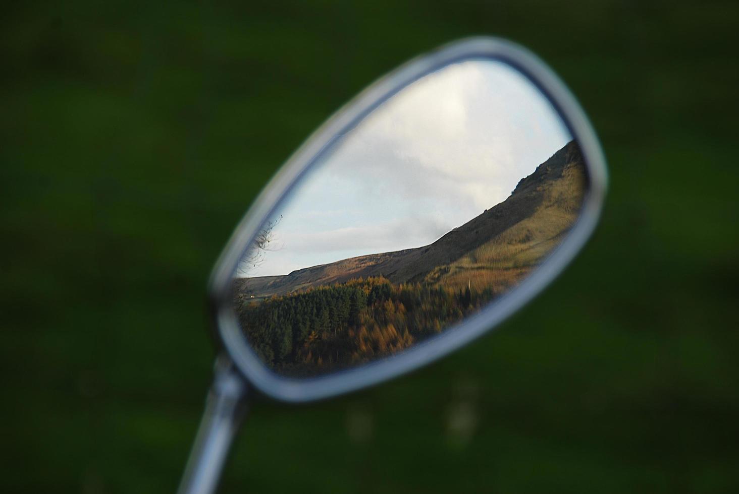 catena montuosa nello specchietto retrovisore foto