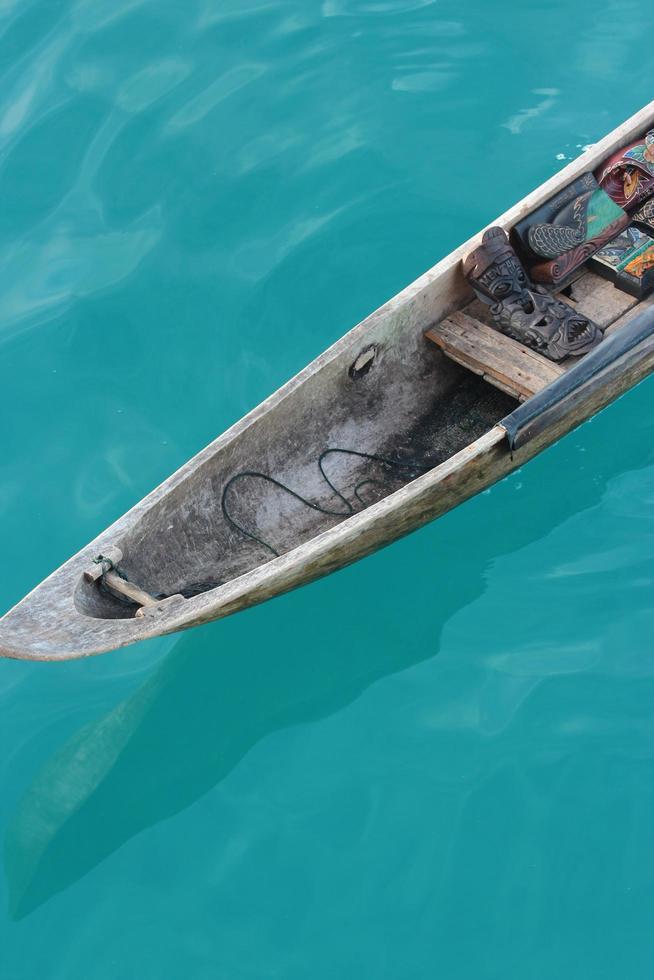 primo piano di una barca marrone sulle acque blu foto