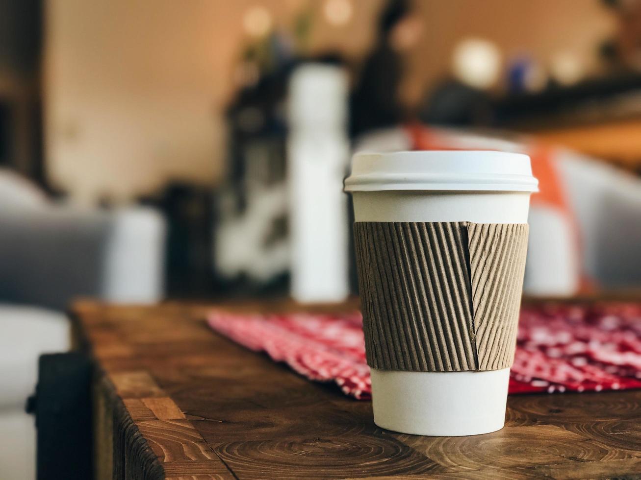 primo piano di una tazza di caffè da asporto foto