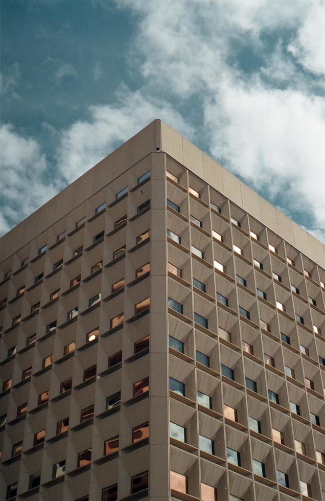 grattacielo con un cielo blu foto