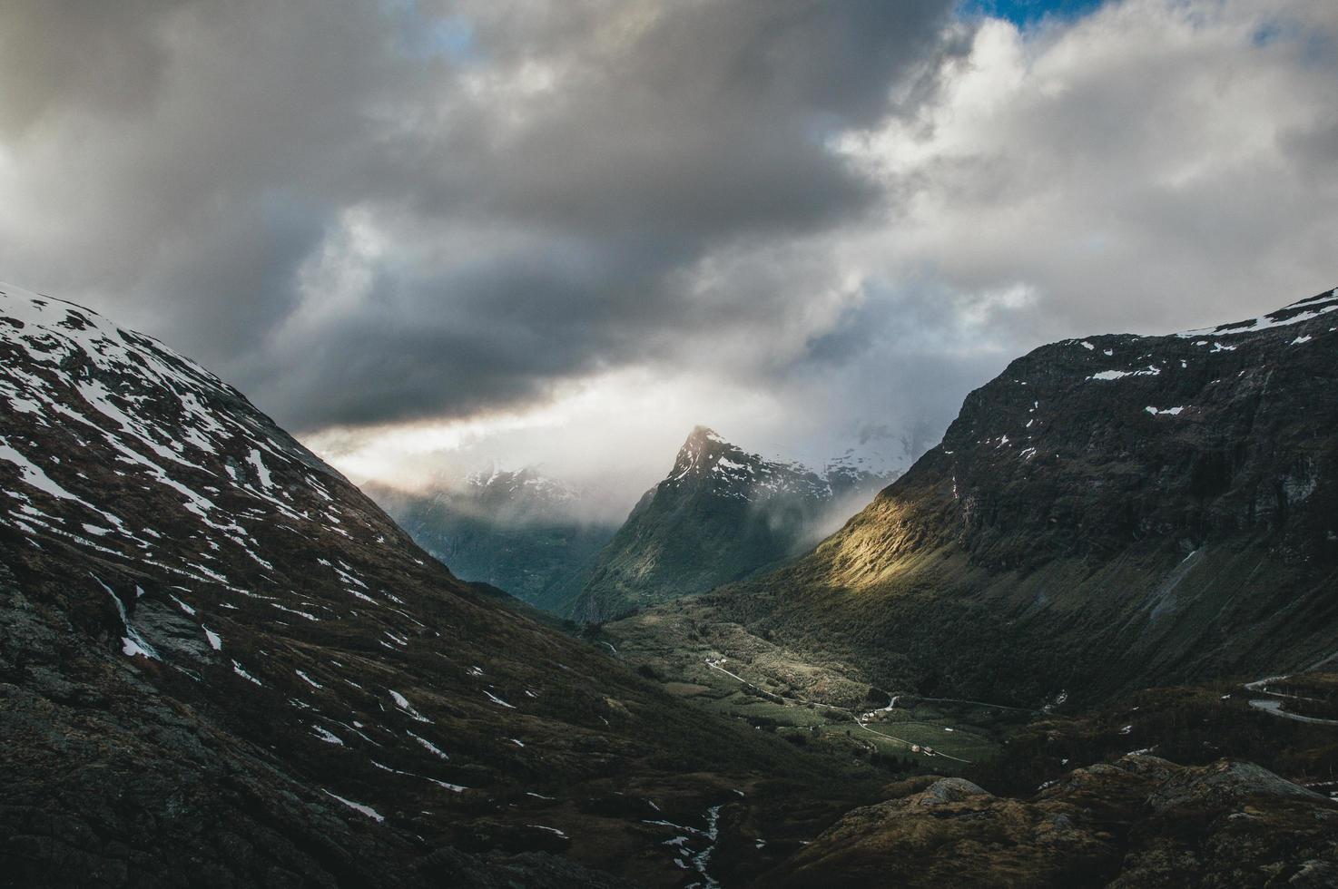 catena montuosa e una valle foto
