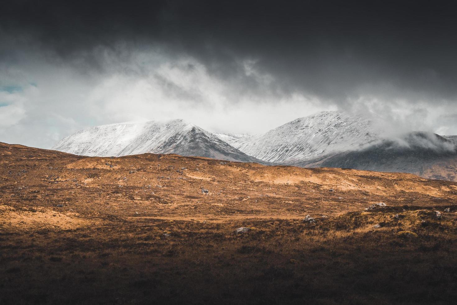 montagna del ghiacciaio e campo marrone foto