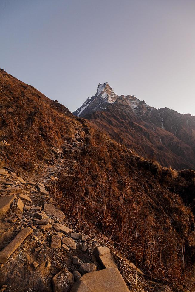 montagna rocciosa marrone foto