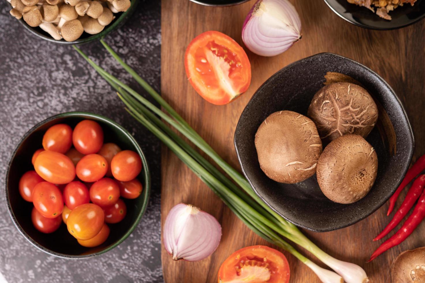 funghi shiitake con aglio, pomodoro, peperone e cipolle foto